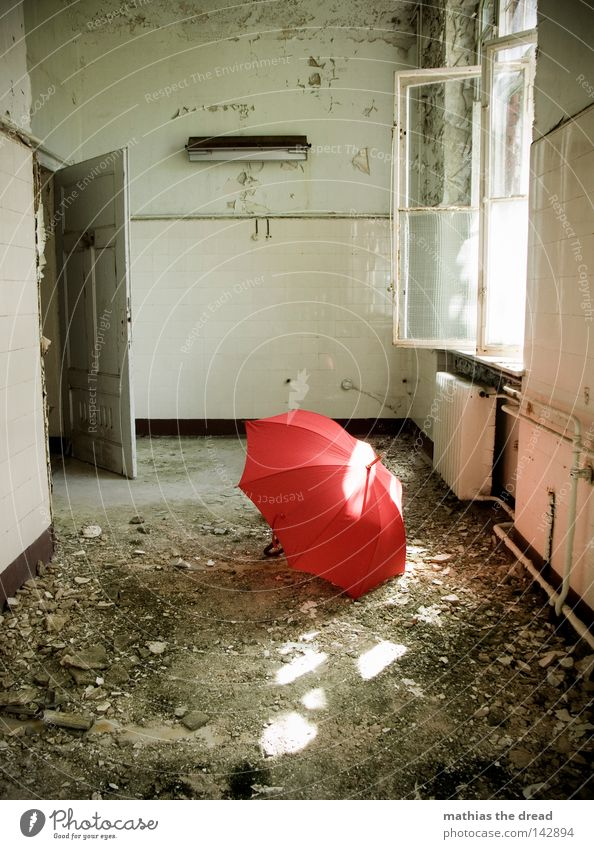 SONNENSTRAHLEN Regenschirm Sonnenschirm rot Dinge nass Physik feucht vergessen Einsamkeit Griff aufmachen schließen Heizkörper kalt Raum Putz Bauschutt