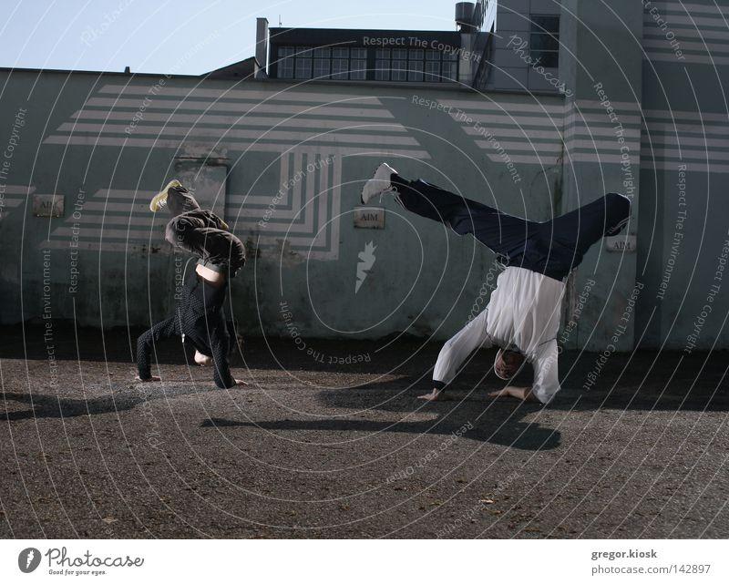 Frau Mann Jugendliche blau Stadt rot schwarz Straße Wand grau Bewegung hell Tanzen Zusammensein Mode