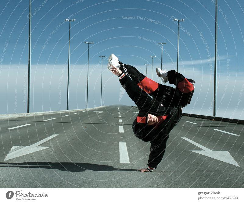 Ich kenne ein paar Tanzbewegungen. Tanzen Vertrauen Mann Pause blau Himmel Straße Zeichen weiß Wolken Pose super fliegen Freundlichkeit hell Zeug Anzug Hut