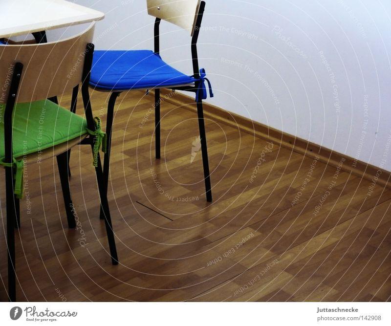 Die Pause ist vorbei blau grün Tisch Küche Gastronomie Sitzgelegenheit Parkett Sessel Kissen Esszimmer Esstisch Öffentlicher Dienst