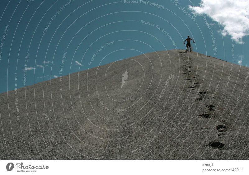 Abgang Kies Kiesberg Hügel Kiesgrube Baggersee klein Fußspur schreiten gehen zyan Mann Einsamkeit Himmel Gegenlicht Mensch stehen Haufen Kieselsteine Stein