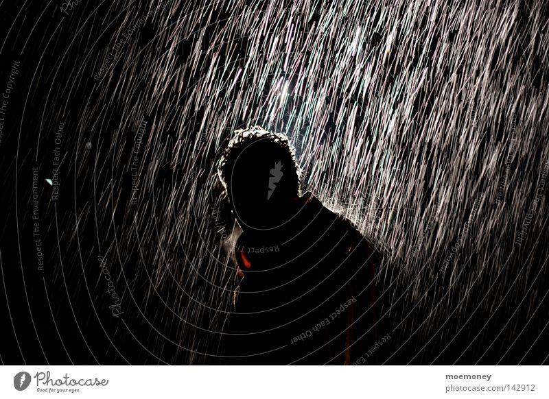 Künstlicher Regen Mann Wasser ruhig schwarz Einsamkeit Herbst kalt dunkel Gefühle Traurigkeit Wetter Eis nass Wassertropfen Trauer