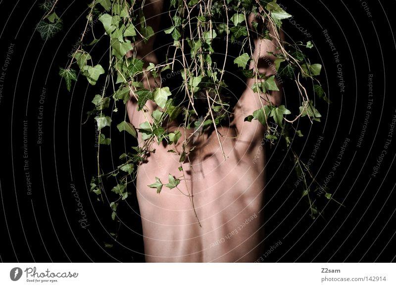 IN THE JUNGLE 2 Mann maskulin verrückt grün Wachstum gefangen gefesselt Waldmensch Urwald stehen verwurzelt Pflanze Efeu Einsamkeit ruhig Geisel Stil Botanik