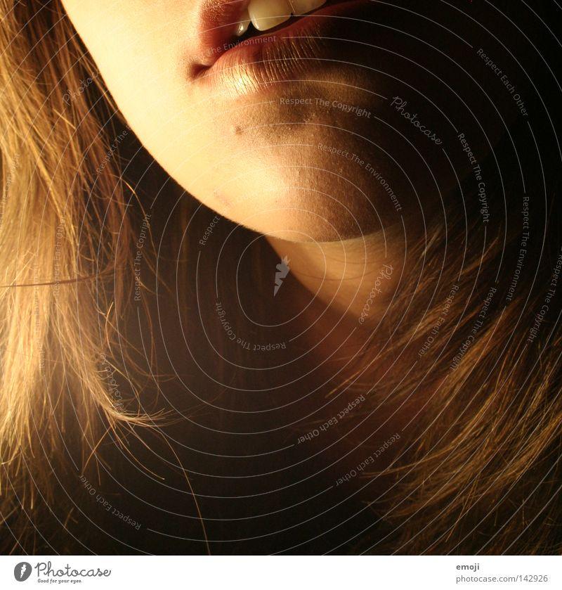 und jetzt? Lippen Küssen Frau Licht Lampe Kinn zart fein Jugendliche dunkel schwarz weich Physik schön lips kiss woman light hehe Gesicht face skin Haut young