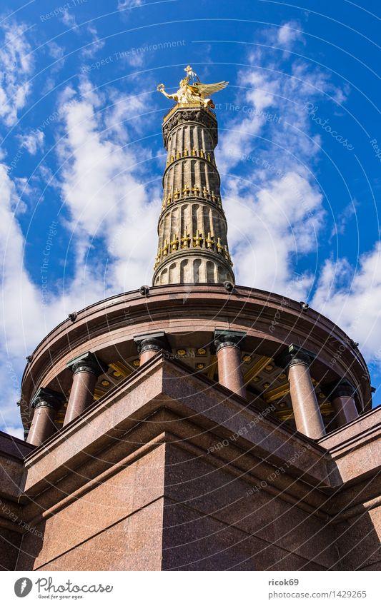 Die Siegessäule in Berlin Ferien & Urlaub & Reisen Tourismus Wolken Hauptstadt Stadtzentrum Bauwerk Architektur Sehenswürdigkeit Wahrzeichen Denkmal blau