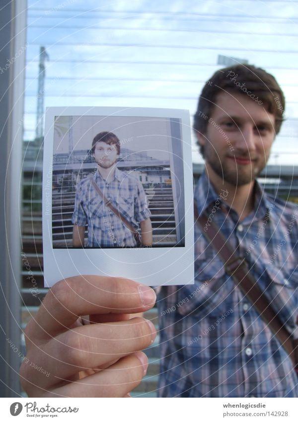 doppelt gemoppelt. Mann Polaroid Hand Fotografie Bart Hemd kariert