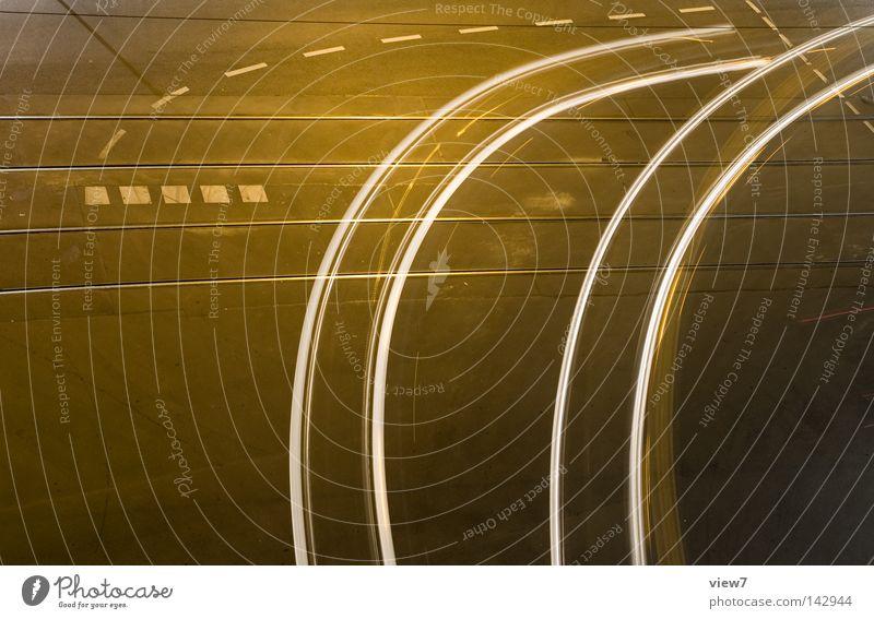 Zweigleisig fahren Licht Kurve Spuren Nacht KFZ Verkehr Verkehrsmittel Güterverkehr & Logistik abbiegen gestikulieren Schilder & Markierungen Richtung Lampe