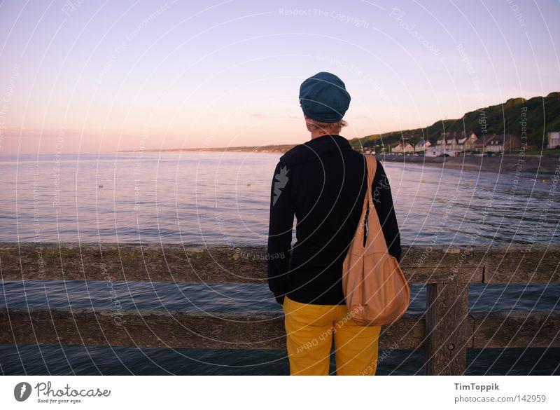 Fernweh 08 Frau Meer Strand Ferien & Urlaub & Reisen Ferne Erholung Denken Küste groß Ausflug Aussicht Spaziergang Reisefotografie Sehnsucht Frankreich Steg
