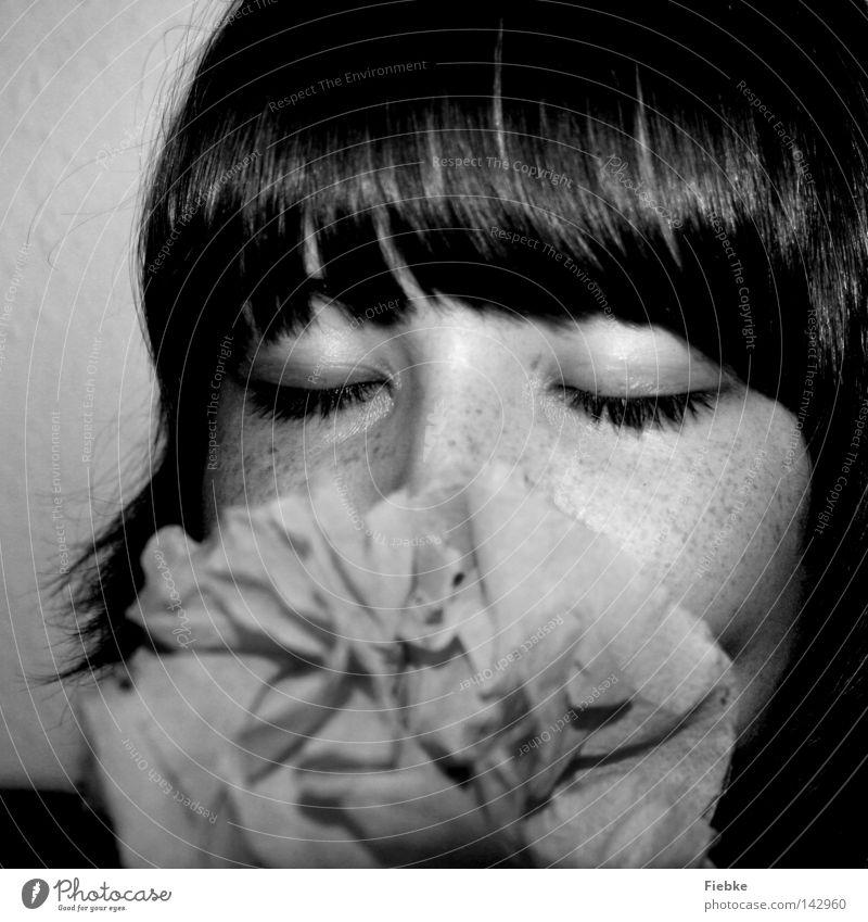 papierblume Blume Papierrosen Mensch Jugendliche Frau feminin Pony Auge geschlossen Nase Wimpern Sommersprossen Haare & Frisuren braun Gesicht Kopf Wange Geruch