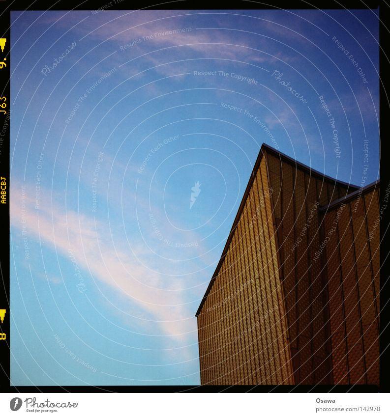 Philharmonie 2 Berlin Gebäude Architektur gold Fassade modern Bauwerk Abenddämmerung Blech Klassik Mittelformat Scan Konzerthalle Berliner Philharmonie