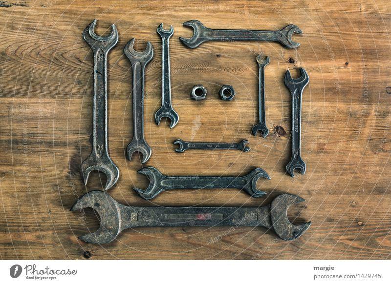 Eine Sammlung Schraubenschlüssel in verschiedenen Größen, zwei Muttern im Querformat Freizeit & Hobby heimwerken Arbeit & Erwerbstätigkeit Beruf Handwerker
