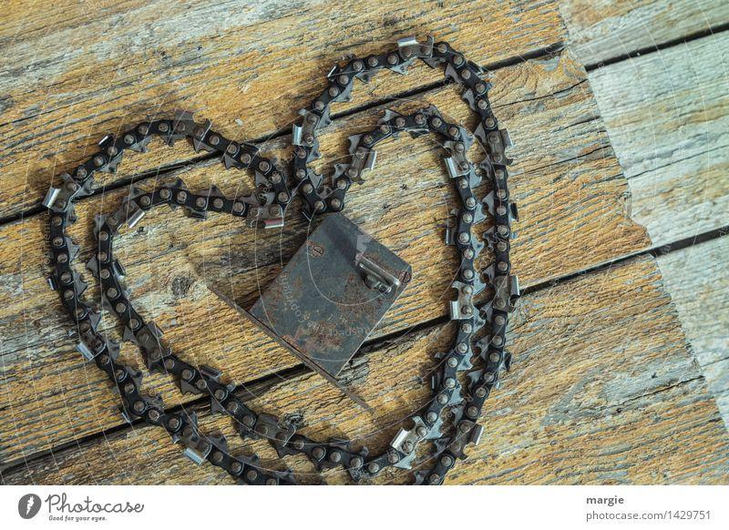 Schlüssel zum Herz besonders:  Kettensäge und Türschloss auf Holzplanken Valentinstag Werkzeug Metall Zeichen Schloss braun gelb Glück Freundschaft Zusammensein