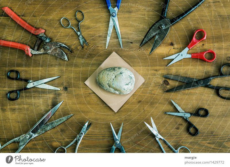 Schnick- Schnack - Schnuck: unterschiedliche Scheren, in der Mitte Papier und ein Stein, ein Spiel Freizeit & Hobby Spielen Tisch Handwerk Erfolg Werkzeug Holz