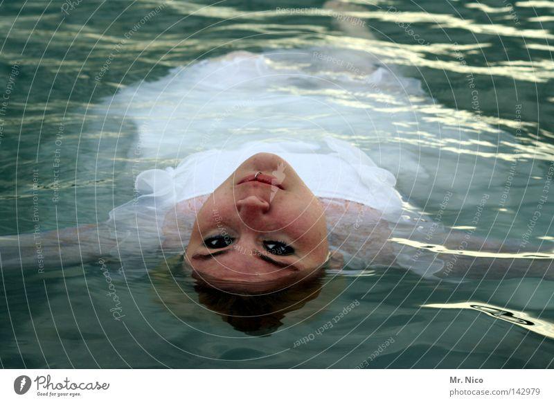WasserFee Meerjungfrau Nixe Rückenschwimmen See Teich Frau Brautkleid weiß unschuldig Trauer bewegungslos Wasseroberfläche feminin schön geheimnisvoll ruhig