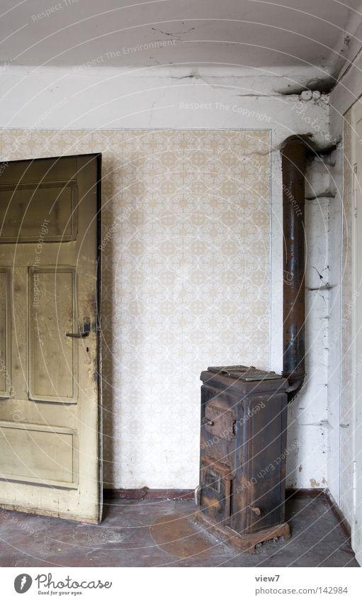 Ofen alt Einsamkeit Wand Wärme Holz Zeit Tür gehen Wohnung dreckig frei leer Boden Bodenbelag Vergänglichkeit verfallen