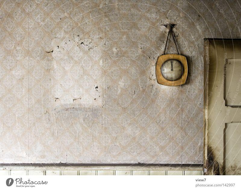 zwölf Uhr alt Einsamkeit Wand Freiheit Holz Wärme dreckig Wohnung Tür Zeit leer trist Uhr Ziffern & Zahlen Vergänglichkeit