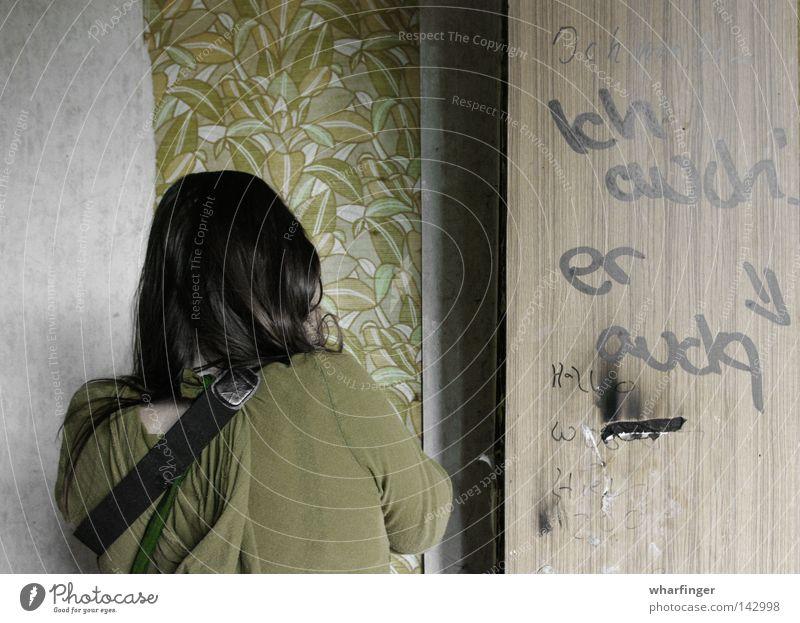 ...war da Wand Tapete grün DDR Verfall alt Tür beschmiert Schmiererei Graffiti Holz Mensch Rücken Ruine Blick Fotografieren verfallen retrotapete sättigung