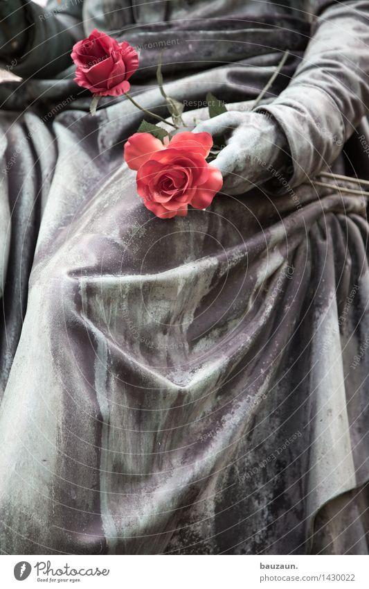 blümchen. Mensch Blume Hand Einsamkeit Traurigkeit Liebe Tod Beine Kunst Metall träumen Trauer Rose trocken Kitsch Kunststoff