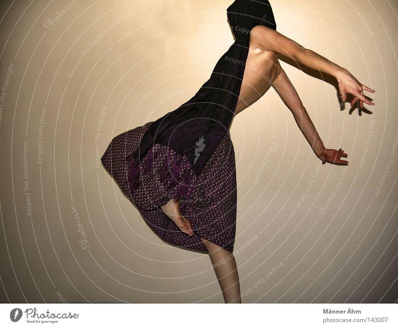 Schwing Dein Tanzbein. Kleid Schal umhüllen Bewegung Achsel Schulter dehnen Finger Anspannung Wand Frau Bekleidung spreizen Aufenthalt Zehen Blume feminin