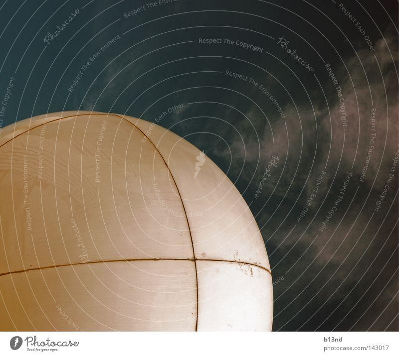 Das weiße Auge Wolken rund Radarstation Schifffahrt Navigation Wasserfahrzeug Himmel Kugel Ball Glätte blau
