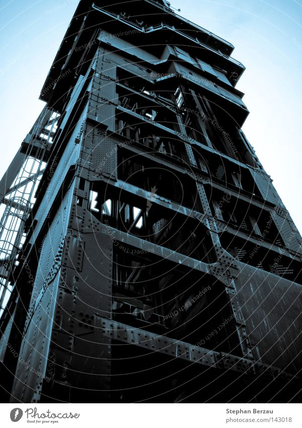 Förderturm Zeche Arbeit & Erwerbstätigkeit Bergarbeiter Bergbau Lebensziel industriell Industriefotografie Kohle Konstruktion Metall Mine Rost Rust Stahl Turm
