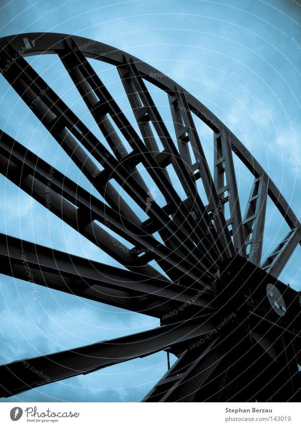 wheel of time Zeche Bergbau Förderturm Industriefotografie industriell Konstruktion Metall Stahl blau Himmel