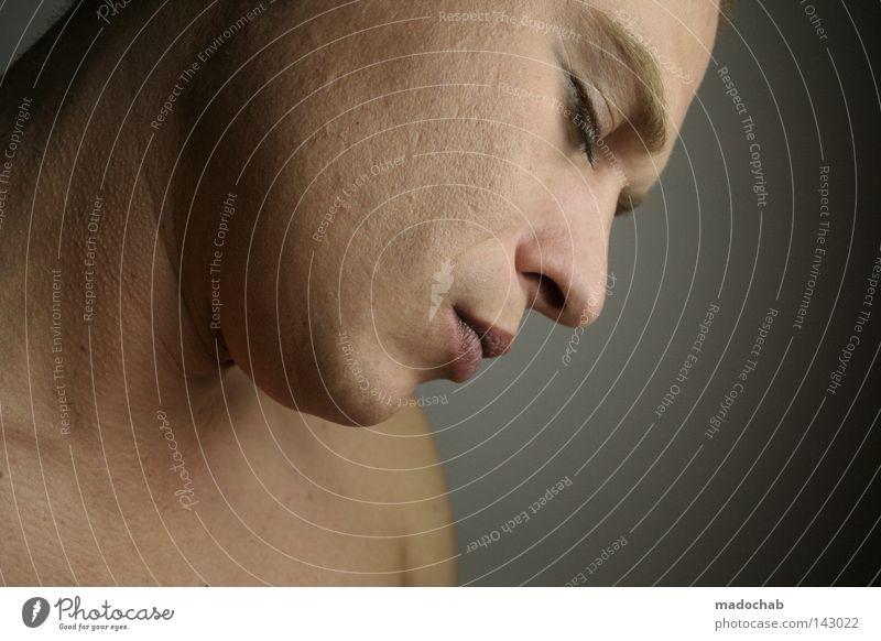 gute nacht | ende Farbfoto Gedeckte Farben Innenaufnahme Studioaufnahme Hintergrund neutral Porträt Blick nach unten Wegsehen geschlossene Augen Gesicht ruhig