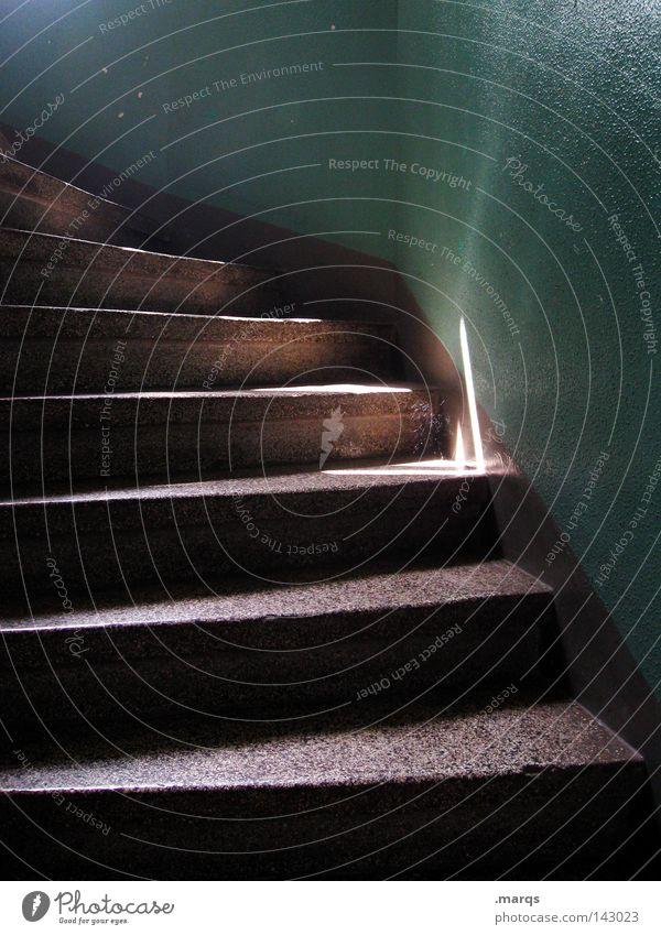 Altbau alt oben aufwärts Haus grün dunkel Strahlung Treppe unten abwärts Schatten Spinnennetz Treppenhaus Architektur Häusliches Leben frontal