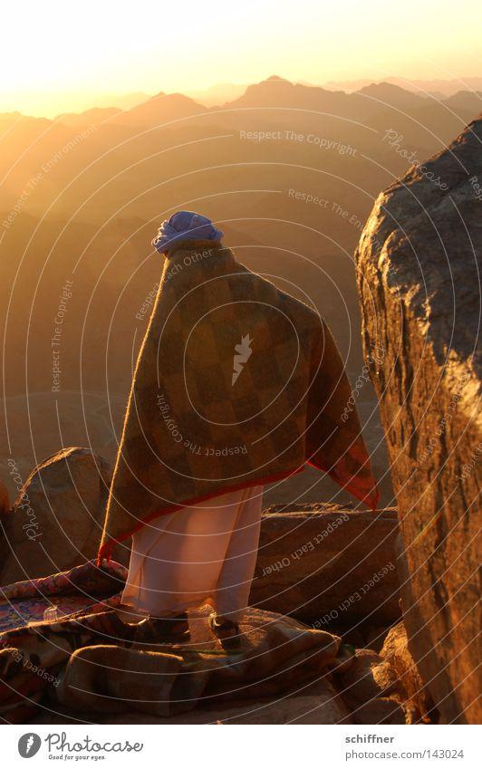 Arbeiten im Licht Mensch Mann Sonne Erholung Einsamkeit ruhig Ferne Berge u. Gebirge Gefühle Denken Arbeit & Erwerbstätigkeit Horizont Zufriedenheit warten