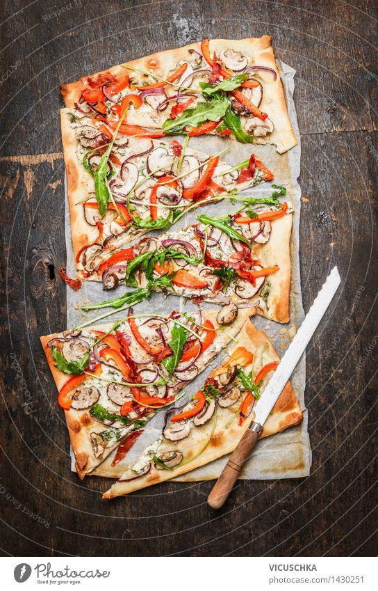 Flammkuchen mit Paparika , Rucola und Creme Fresh Lebensmittel Milcherzeugnisse Gemüse Salat Salatbeilage Ernährung Mittagessen Abendessen Bioprodukte