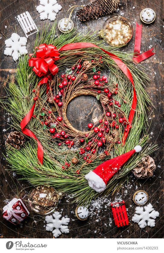 Weihnachtskranz mit Beeren , Band und Weihnachtsschmuck - ein ...