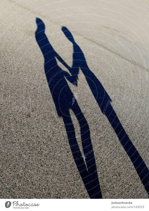 Two in Love Schatten Silhouette Liebe finden Hand in Hand Freundschaft Paar stehen Mann Frau mögen Zufriedenheit Juttaschnecke paarweise Liebespaar Zusammensein