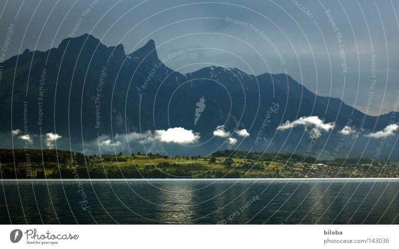 Wetterwendisch unbeständig Berge u. Gebirge schwarz dunkel bedrohlich Hügel Himmel Wolken tief Tiefflieger Regen Stimmung Wolkenbild Wolkenformation Wolkenband