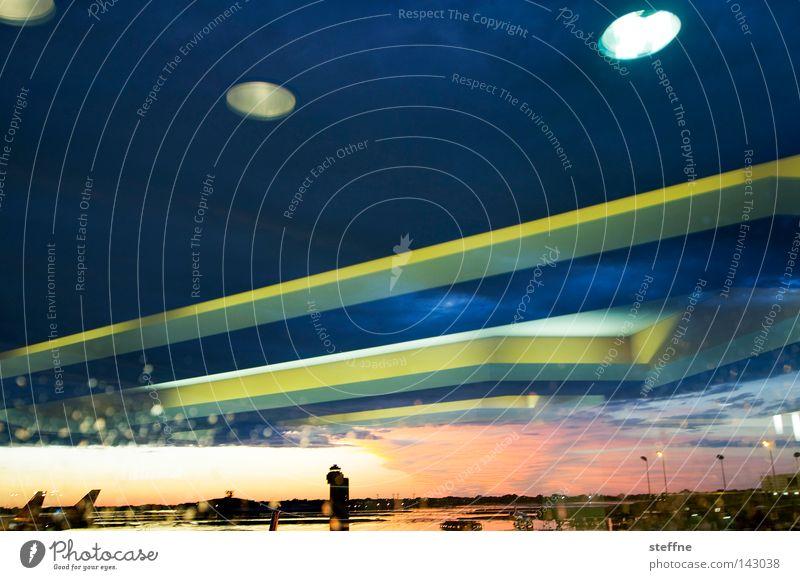 CLONE WARS UFO Angriff Krieg Flugzeug Flughafen Flugplatz Landebahn Sonnenuntergang Reflexion & Spiegelung Lampe Beginn Außerirdischer außerirdisch Angst Panik