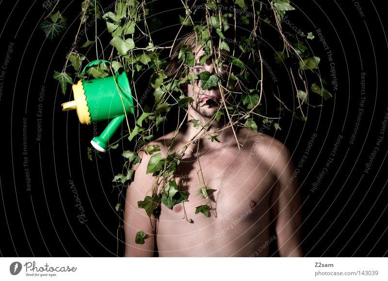 IN THE JUNGLE // Mann maskulin verrückt grün Wachstum gefangen gefesselt Waldmensch Urwald stehen verwurzelt Pflanze Efeu Einsamkeit ruhig Geisel Stil Botanik