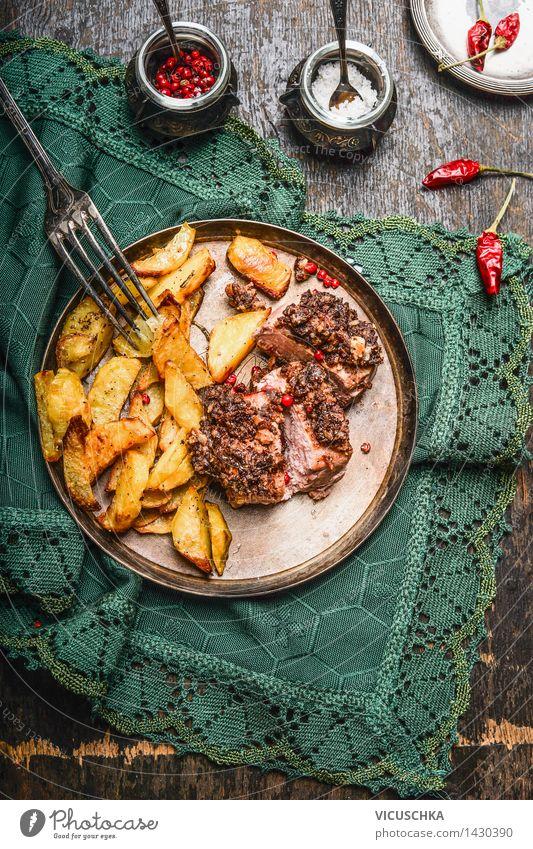 Gebratenes Schweinefilet mit Kruste und Ofenkartoffeln Lebensmittel Fleisch Gemüse Kräuter & Gewürze Ernährung Abendessen Festessen Geschirr Besteck Wohnung