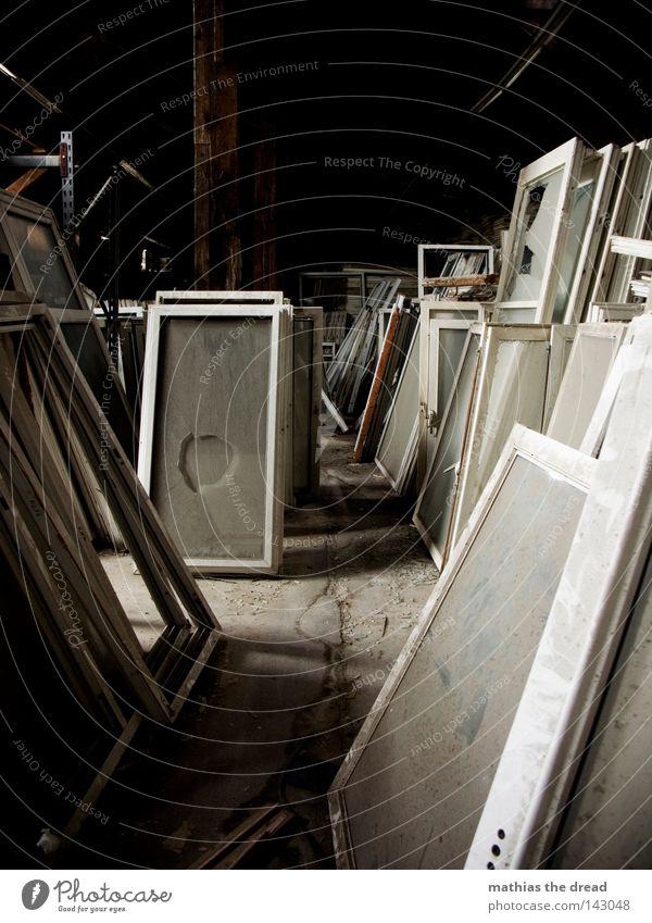BLN 08 | FENSTERFRIEDHOF alt schön Einsamkeit Haus dunkel Tod Fenster Holz Gebäude hell Raum Zusammensein Glas dreckig Glas planen
