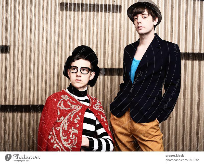 Indie Jungs Jugendliche Mann Club schwarz weiß Hintergrundbild Geometrie mehrfarbig Hut Streifen rot Gelassenheit Zusammensein Plakette Mode Brille