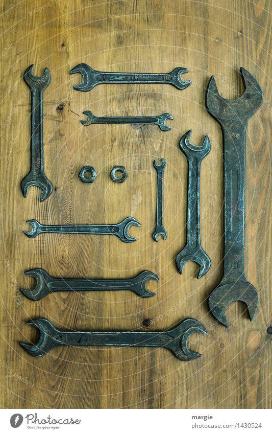 Eine Sammlung Schraubenschlüssel in verschiedenen Größen dazu zwei Muttern heimwerken Arbeit & Erwerbstätigkeit Beruf Handwerker Arbeitsplatz