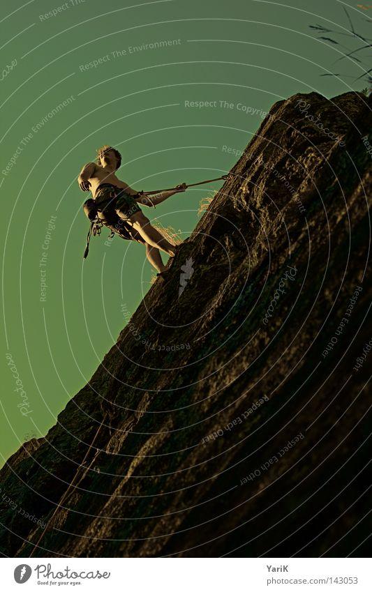 hang-man Mann Himmel Baum grün blau Blatt Wolken gelb Sport Spielen oben Berge u. Gebirge Stein Wärme Beine