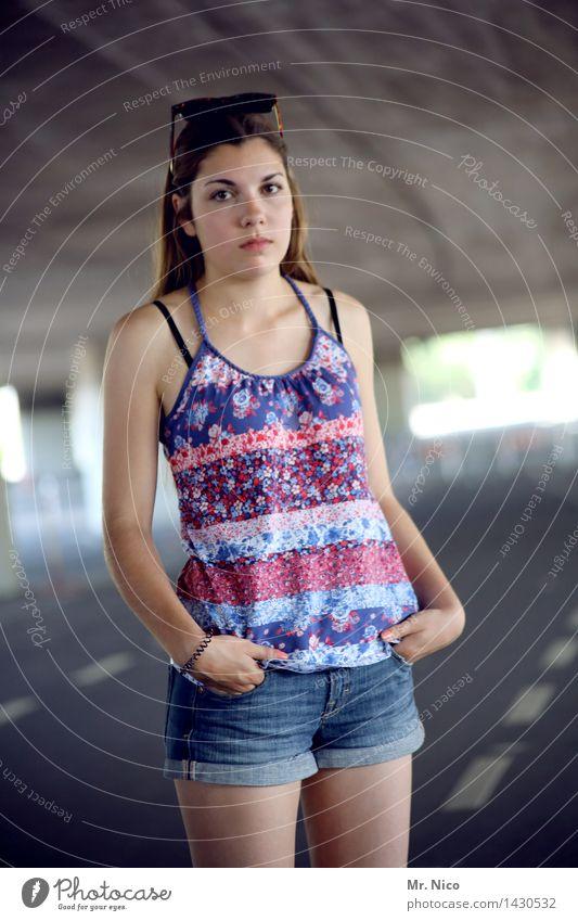 hipper than hip Lifestyle Stil feminin Junge Frau Jugendliche Haut Straße Tunnel Brücke Sonnenbrille langhaarig Coolness trendy blau Einsamkeit Erwartung Leben