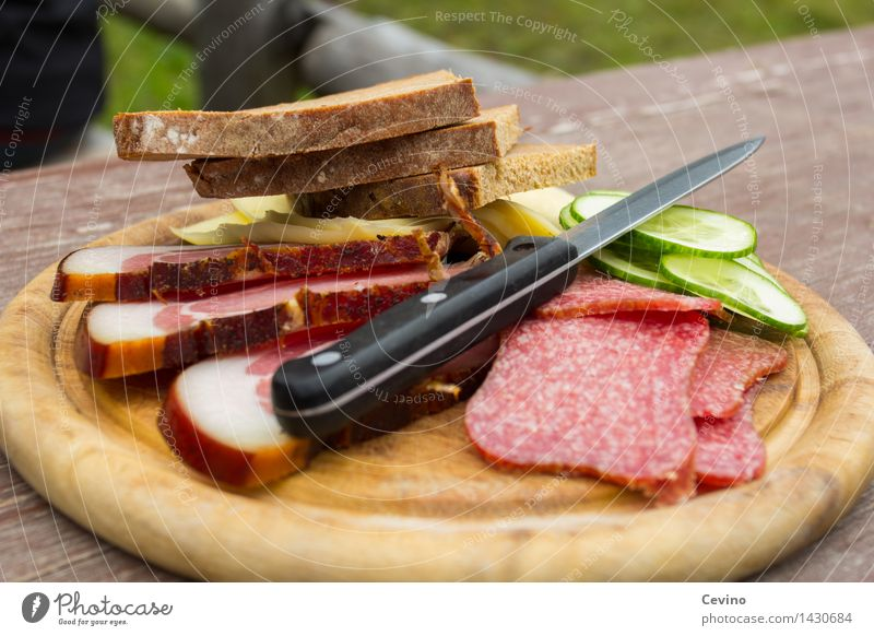 Brotzeit I Lebensmittel Fleisch Wurstwaren Gemüse Mittagessen Vesper Messer lecker Salami Gurkenscheibe Speck Käse Käsebrot Appetit & Hunger wandern herzhaft