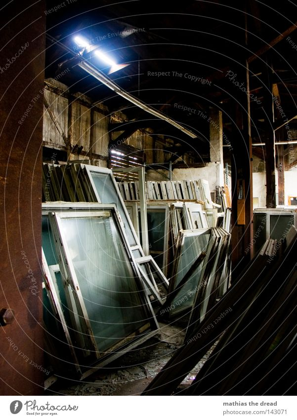 BLN 08 | FENSTERFRIEDHOF alt schön Einsamkeit Haus dunkel Fenster Gebäude Holz Tod Zusammensein hell Raum dreckig mehrere Glas Glas