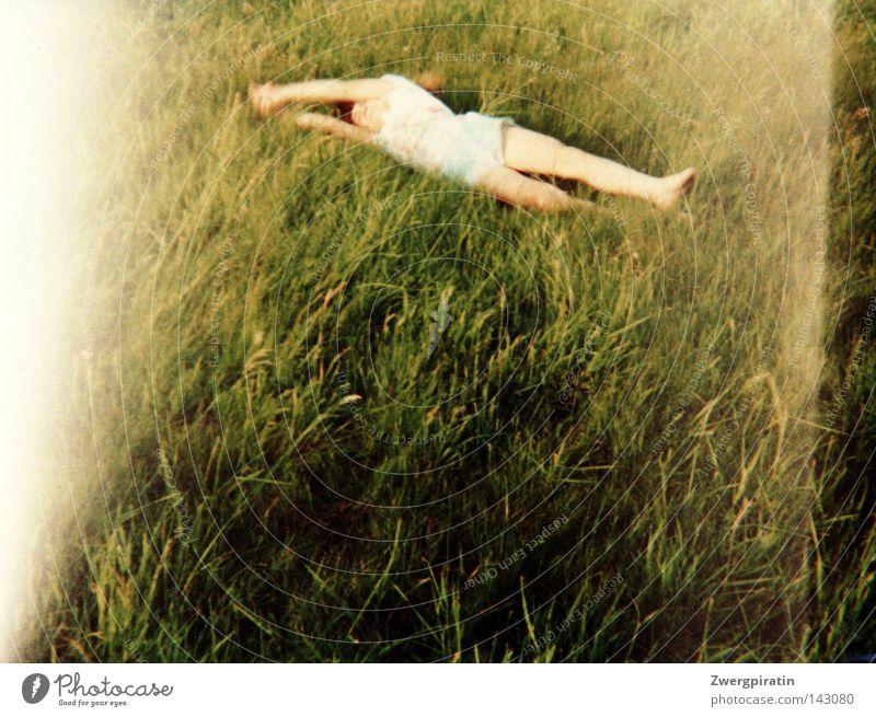 Rumkugeln Kind Fröhlichkeit rollen Haare & Frisuren wehen Arme Hose kurz hell Wiese grün saftig Sommer Belichtung Überbelichtung Streifen Rasen Berghang