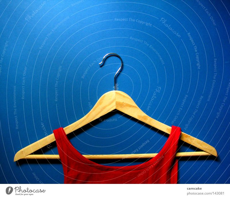 hanger one blau rot dunkel Leben Holz hell modern Bekleidung T-Shirt einfach Mitte Warnhinweis tief eng Top trendy