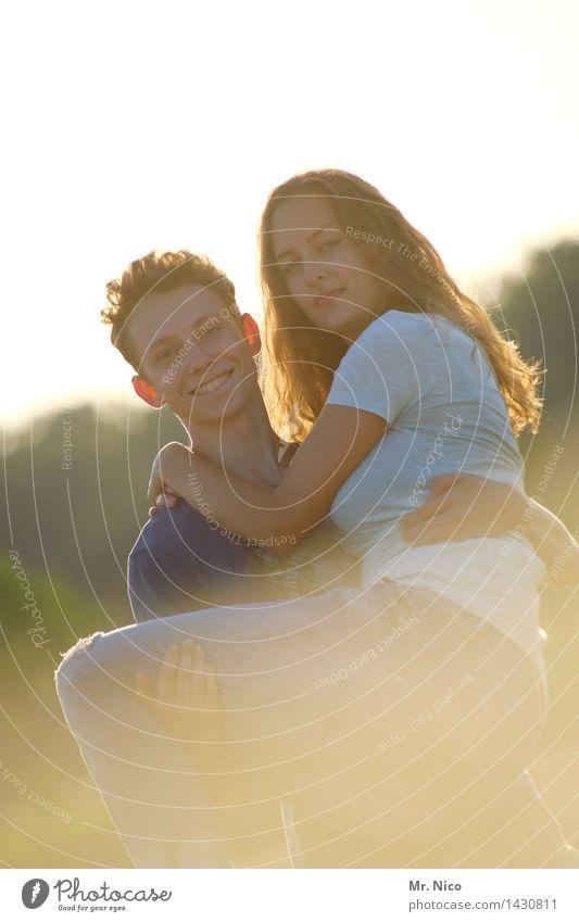 auf den arm nehmen Lifestyle Sommer Junge Frau Jugendliche Junger Mann Paar Partner 2 Mensch Umwelt Natur Mode kurzhaarig langhaarig festhalten Lächeln lachen
