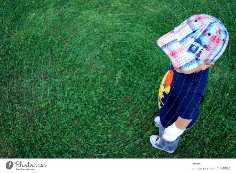 coolness Kind klein Mütze Baseballmütze Coolness beweglich Erholung Schuhe Wiese grün Kleinkind Junge Kappe easy Verband Rasen tosini Wunde