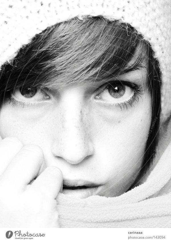 kuguck Frau weiß Gesicht schwarz Auge Herbst grau Mund Nase Mütze eng Schüchternheit ernst Wolle Farblosigkeit