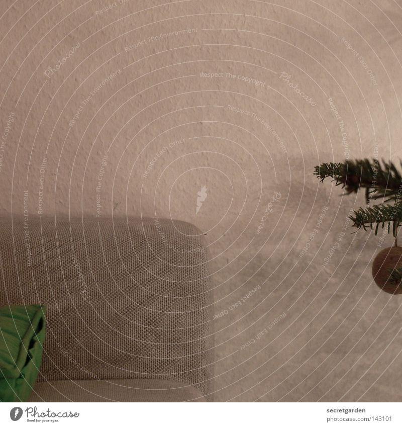 das warten auf die lebkuchenzeit. Weihnachten & Advent weiß grau braun Feste & Feiern Dekoration & Verzierung Kitsch Sofa Kugel Tanne gemütlich Christbaumkugel Kissen Bildausschnitt Anschnitt festlich