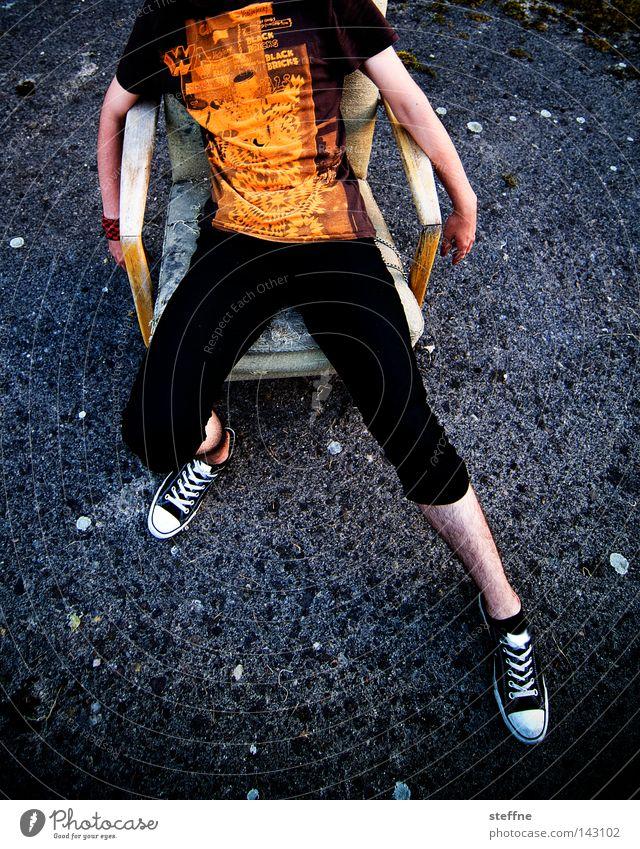 das leben fickt mein kopf Leiche Tod Sensenmann kopflos Hals über Kopf sitzen Erholung lässig rutschen Sessel Stuhl Asphalt perspektivlos Trauer Verzweiflung
